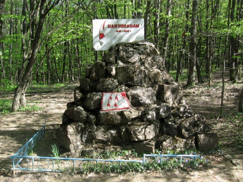 Памятник партизанам на Чертовом перевале