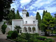 Белоснежный дворец Кичкинэ на вершине скалы