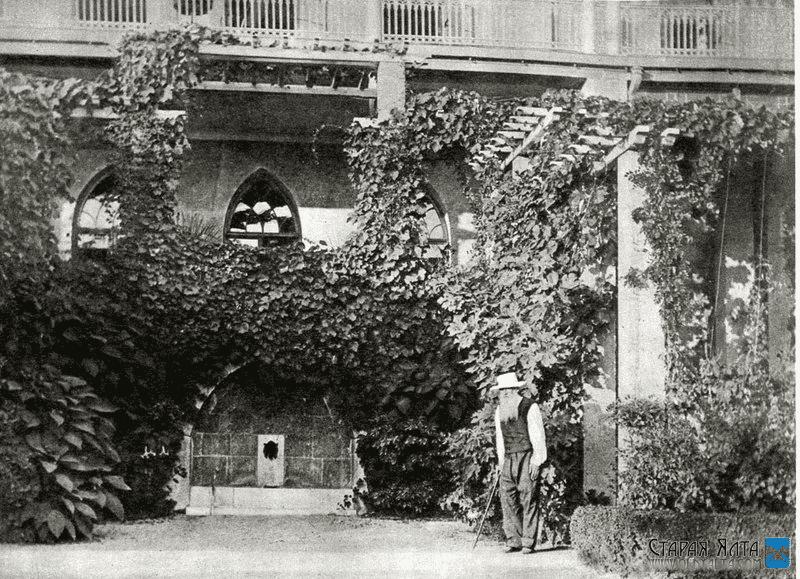 Лев Толстой у фасада дворца Паниной