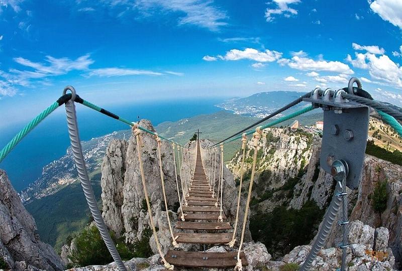 На фото нависной мост на зубцах Ай-Петри