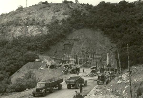 Строительство базы подводных лодок в Балаклаве старое фото