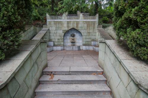 Дворец Дюльбер  фонтан в парке